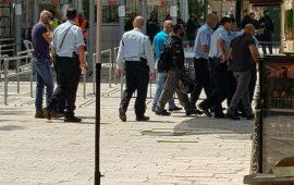 """""""المفتش العام للشرطة الإسرائيلية"""" يقتحم البلدة القديمة والمرجعيات المقدسية تصر على رفض البوابات"""