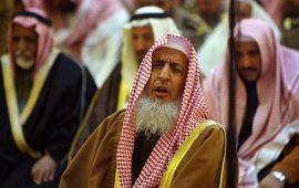 مفتي السعودية يحذر خطباء الجمعة من الحديث بالسياسة
