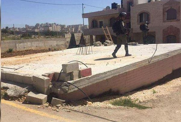 الاحتلال يوزع أوامر هدم في قرية قلنديا شمال القدس
