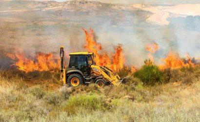 """15 حريقاً اندلعت منذ الصباح بـ""""غلاف غزة"""" بفعل طائرات وبالونات حارقة"""