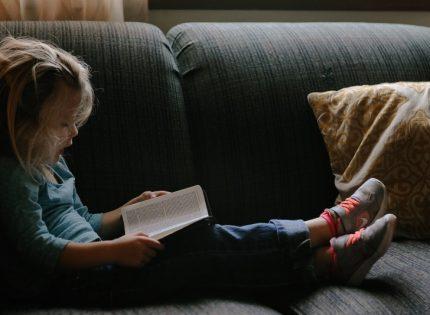 شجعوا أطفالكم على القراءة.. فالهواتف ليست الحل للتخلص من إزعاجهم