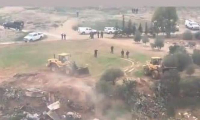 رغم الأجواء العاصفة: السلطات الإسرائيلية تهدم عزبة لمواطن من النقب