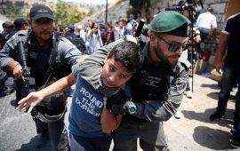 الاحتلال يواصل اعتداءاته على المعتصمين عند بوابات الأقصى (فيديو)