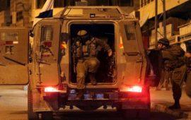 الاحتلال يعتقل 12 مواطناً بالضفة والقدس خلال حملة مداهمات