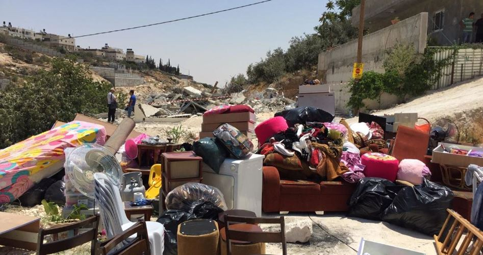 Photo of الاحتلال يجبر مقدسيا على هدم منزله بيده