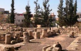 """الاحتلال يسرق حجارة """"قصر المورق"""" بالخليل والمستوطنون يقتحمونه"""