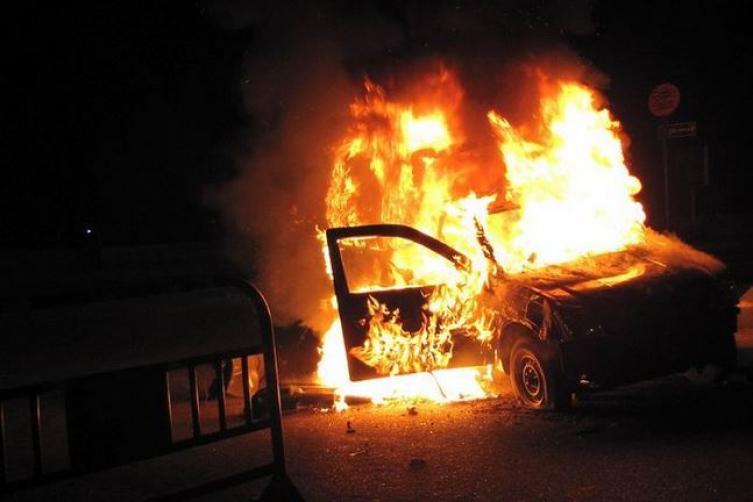 Photo of الجش: إصابة مواطن ونجليه في جريمة حرق سيارة وإطلاق نار