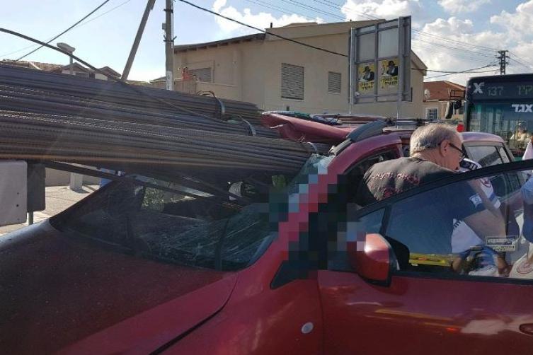 Photo of حيفا: اصطدام سيارة بشاحنة تحمل قضبانا حديدية