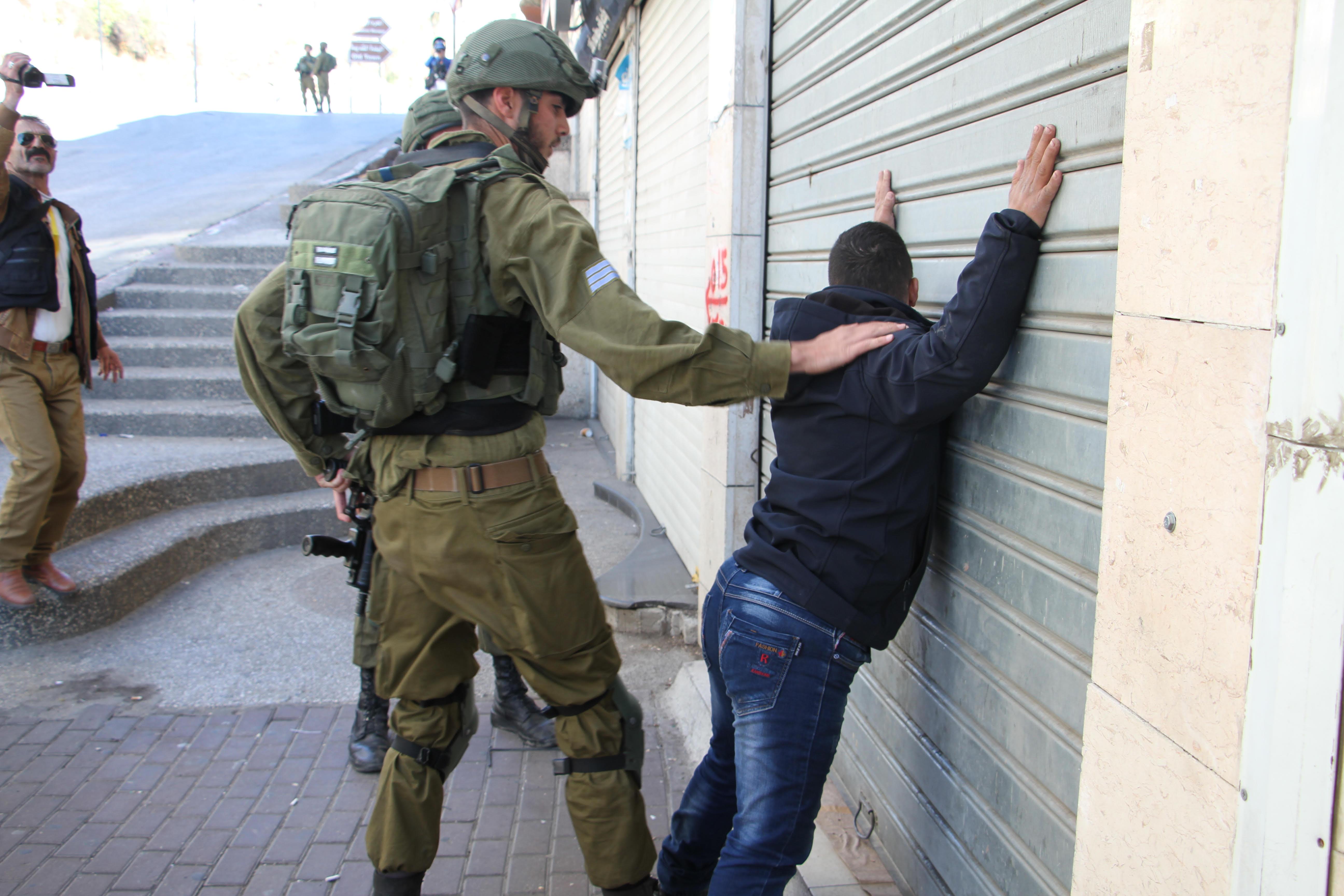 Photo of الاحتلال يشن حملة مداهمات واعتقالات في الضفة والقدس
