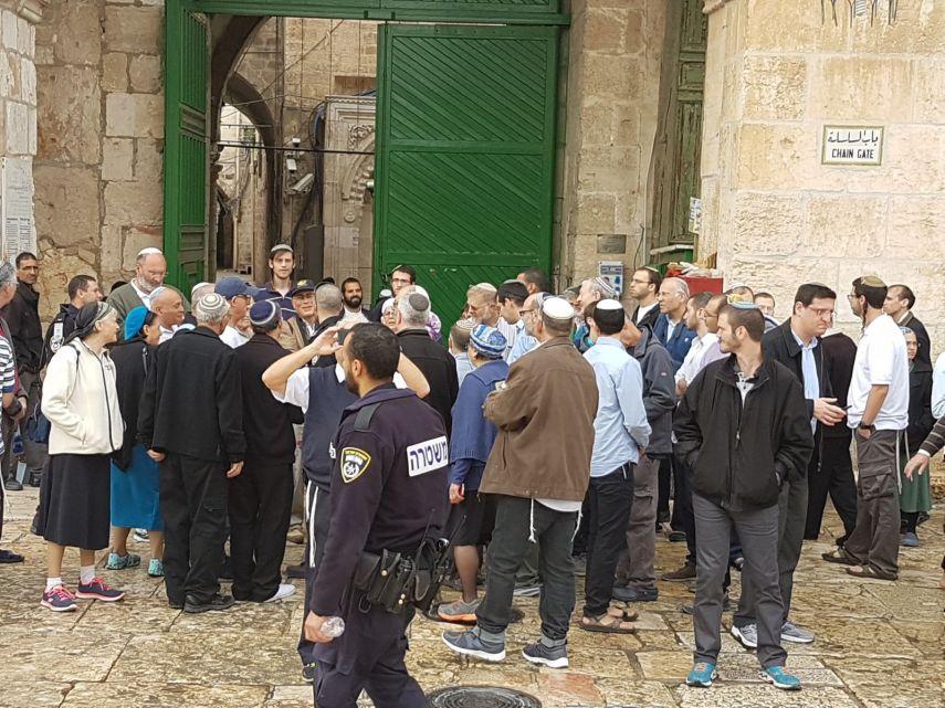 Photo of الأقصى: اعتقال مدير وموظف الإعمار و156 مستوطنا يقتحمون المسجد