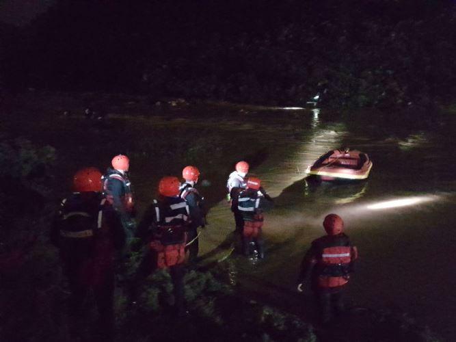 Photo of طواقم الإنقاذ تعاملت أمس مع 30 حالة إنقاذ من والوديان والأنهر