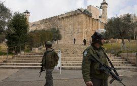 الاحتلال يعتقل سيدة فلسطينية قرب المسجد الإبراهيمي