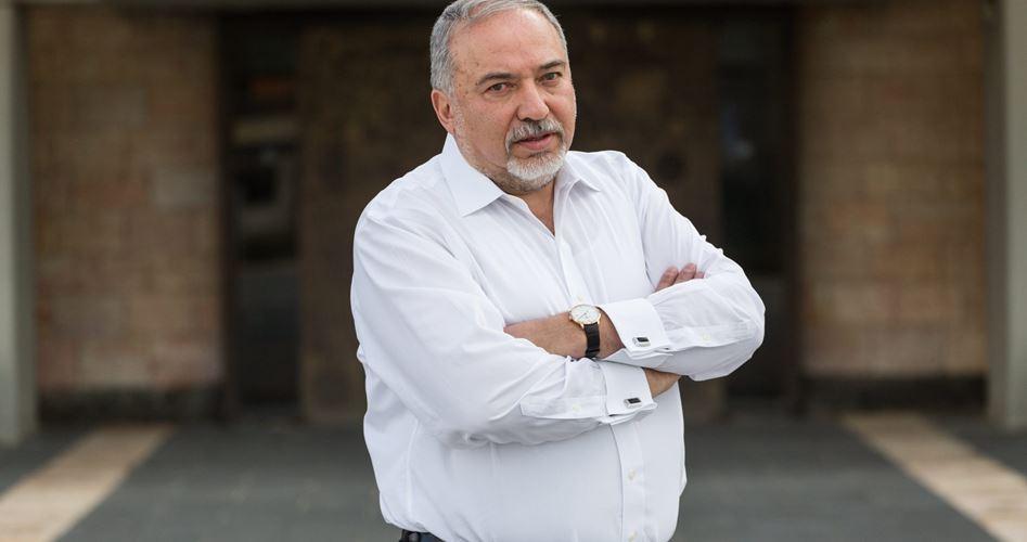 Photo of ليبرمان يدعي احباط 30 عملية إسبوعيا في الخليل