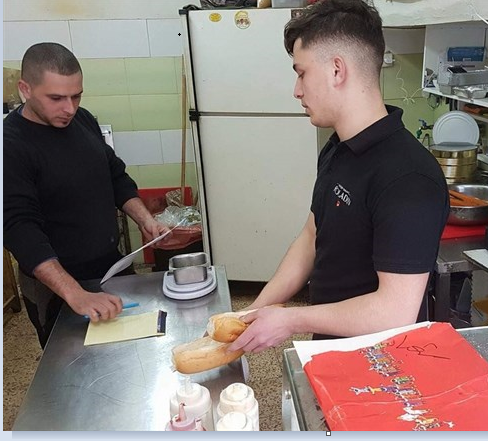 Photo of تواصل ملاحقة تجار باب حطة- قوات الاحتلال تغلق مطعما في القدس