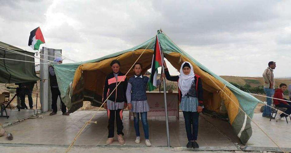 الاحتلال يستولي على خيام أقيمت على أنقاض مدرسة بالخليل