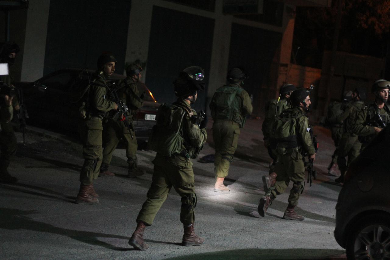 """Photo of الضفة: الاحتلال يعتقل 23 فلسطينياً بينهم قيادي في """"حماس"""""""