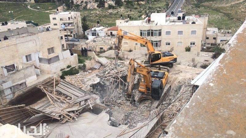 Photo of القدس: آليات الاحتلال تهدم بناية سكنية في العيسوية