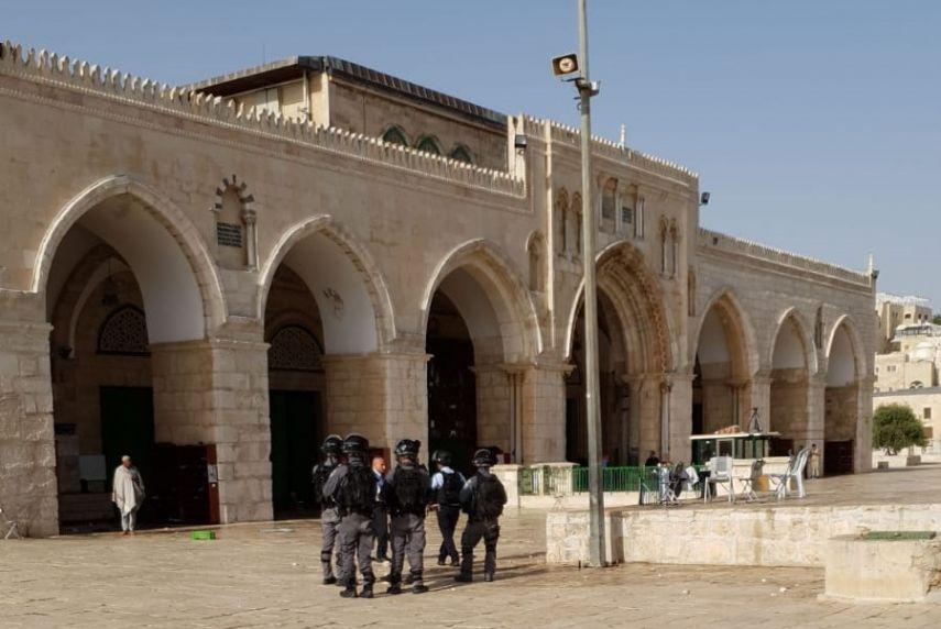 Photo of الاحتلال يُحاصر المصلى القبلي بالتزامن مع اقتحامات المستوطنين للأقصى