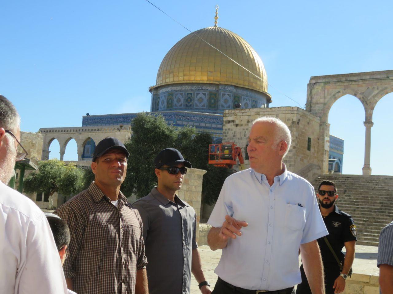 """Photo of """"يأمل بأن يتم بناء الهيكل قريبا"""".. وزير الزراعة الإسرائيلي يقتحم الأقصى"""
