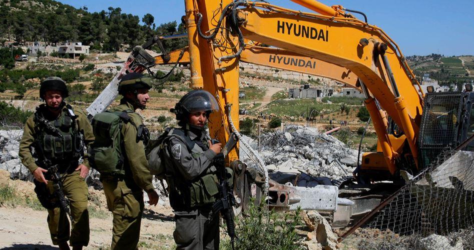 Photo of آليات إسرائيلية تهدم منشأة فلسطينية وتُغلق أخرى شمال الخليل