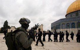شرطي اسرائيلي يحمل زجاجة خمر في الأقصى يثير غضبًا واسعًا