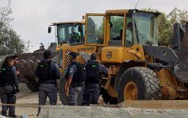 النقب: الجرافات الإسرائيلية تهدم منزلاً في حورة بحجة البناء دون ترخيص