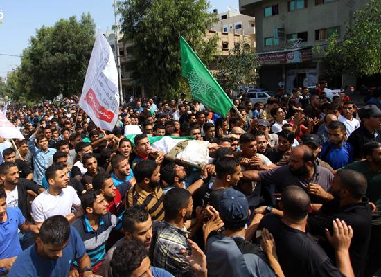 Photo of هتافات غاضبة مع تشييع شهداء غزة السبعة