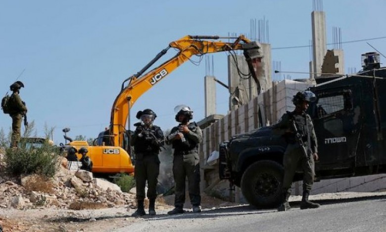 Photo of الاحتلال يخطر فلسطينيين بهدم مساكنهم بالضفة