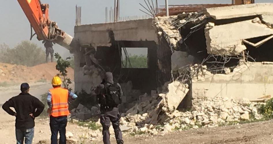 آليات اسرائيلية تهدم منشأة شرق القدس المحتلة