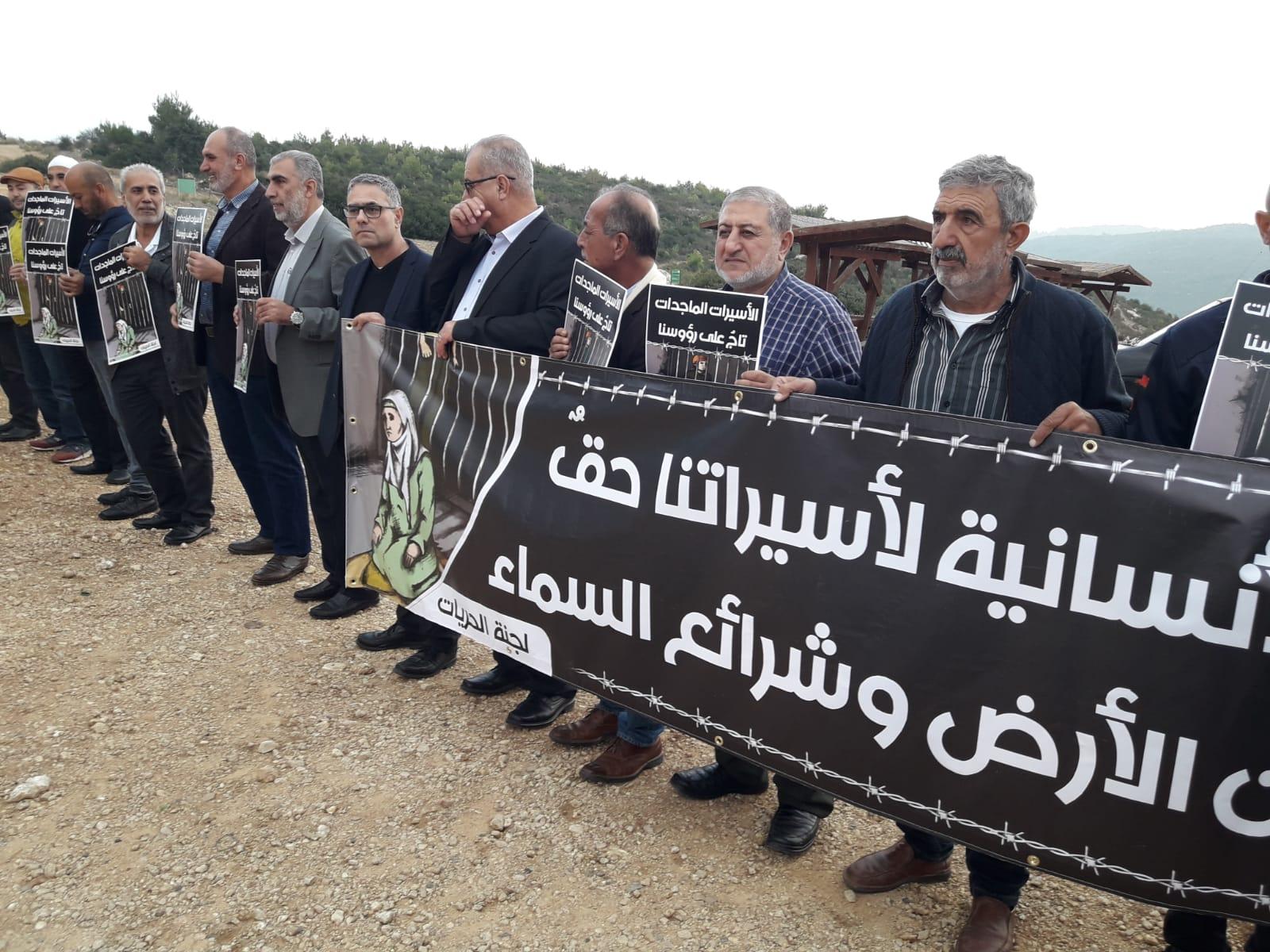 Photo of وقفة تضامنية مع الأسيرات الفلسطينيات أمام سجن الدامون