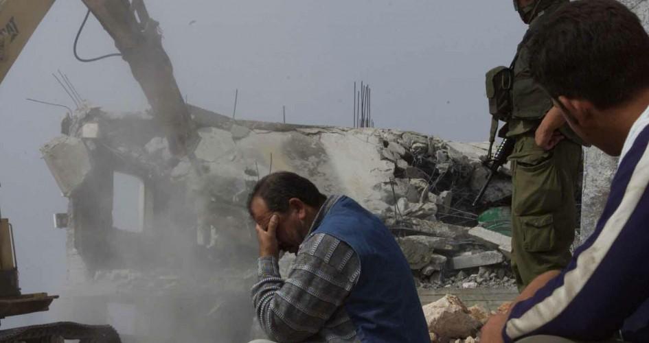 Photo of القدس: بلدية الاحتلال تجبر مواطناً على هدم موقف للمركبات بيده