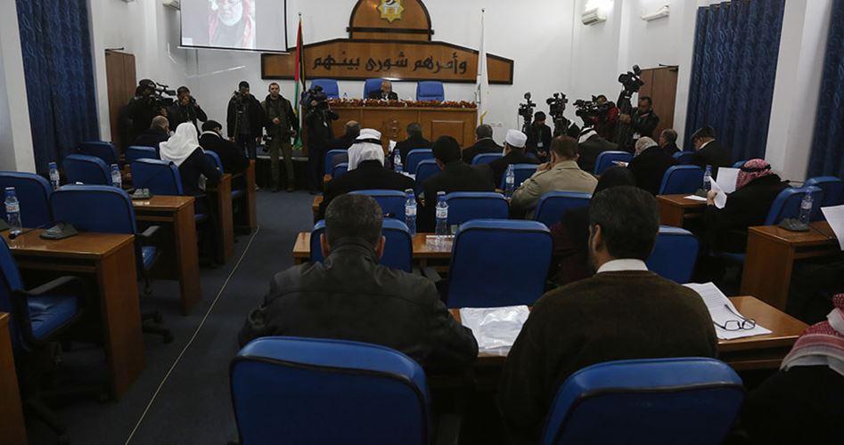 Photo of التشريعي يُقرُّ بالأغلبية نزع الأهلية السياسية عن محمود عباس