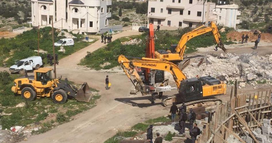 Photo of الاحتلال يجبر عائلة مقدسية على هدم منزلها بسلوان