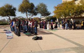 خطوة احتجاجيّة على إغلاق المصلى.. صلاةً جماعيّة حاشدة في باحة جامعة في تل أبيب