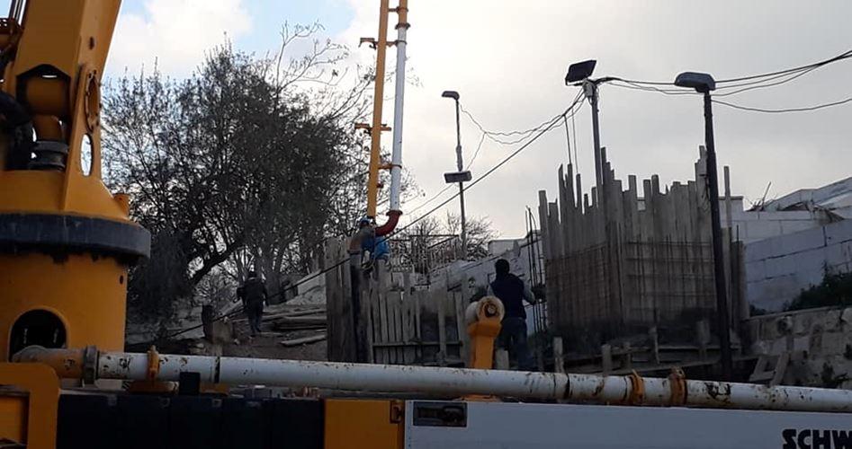 الاحتلال يصب قواعد خرسانية ضخمة قرب باب الأسباط