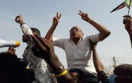 """الخرطوم: آلاف المتظاهرين يتحدون """"الطوارئ"""" ويخرجون للمطالبة بتنحي البشير"""