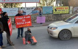 قلنسوة: العشرات يواصلون التظاهر ضد هدم البيوت