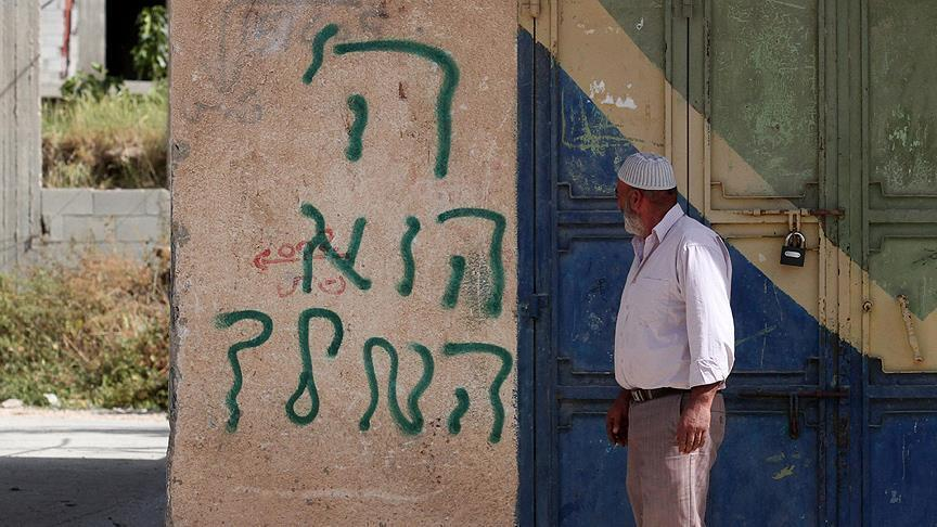 Photo of مستوطنون يهود يخطون شعارات عنصرية شمالي الضفة