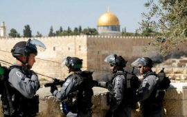 الاحتلال يبعد أحد حراس المسجد الأقصى أسبوعين