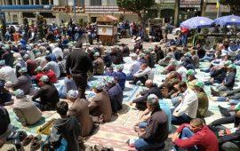 مئات المواطنين يؤدون الجمعة في ميدان الشهداء بنابلس دعما للأسرى