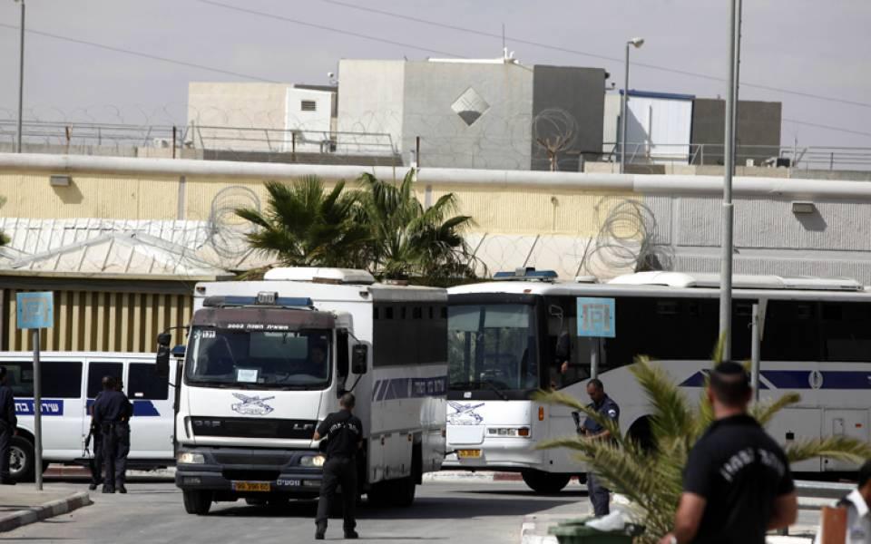 Photo of قوات إسرائيلية تقتحم سجن عسقلان وتحطم مقتنيات الأسرى