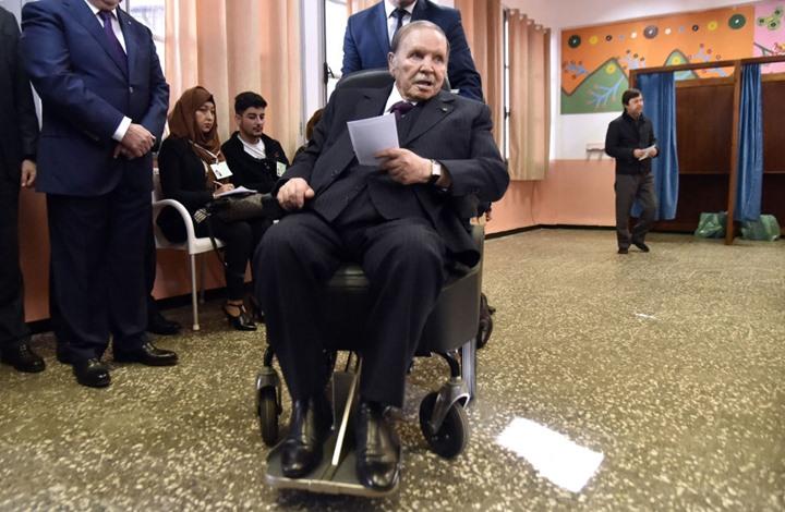 Photo of شاهد لحظة تقديم بوتفليقة وثيقة استقالته.. ونسخة عنها