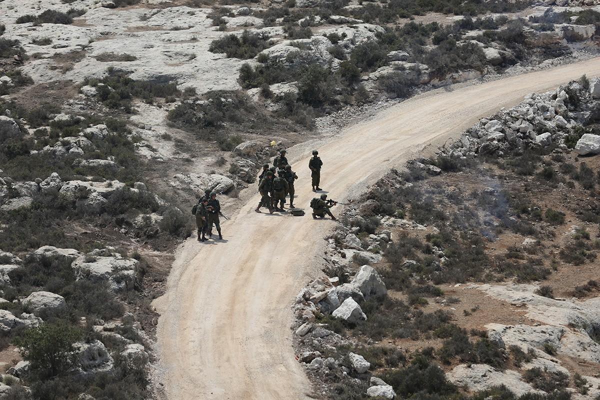 Photo of الاحتلال يشق شارعين جديدين لمستوطنات معزولة بالضفة