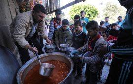 """مبادرات """"التكية"""" تنتشر بغزة لمساعدة الأسر الفقيرة برمضان"""