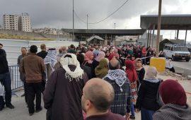 """آلاف الفلسطينيين يتوافدون للصلاة في """"الأقصى"""""""