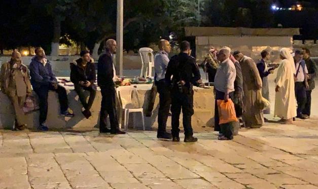 لليلة الثالثة: قوات الاحتلال تقتحم المسجد الأقصى وتخرج المعتكفين بالقوة