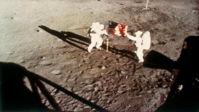 عرض أول دليل للهبوط على سطح القمر في مزاد