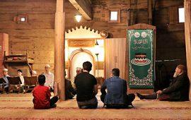 في رمضان.. القرآن يضفي روحانيات خاصة إلى مسجد عمره 8 قرون
