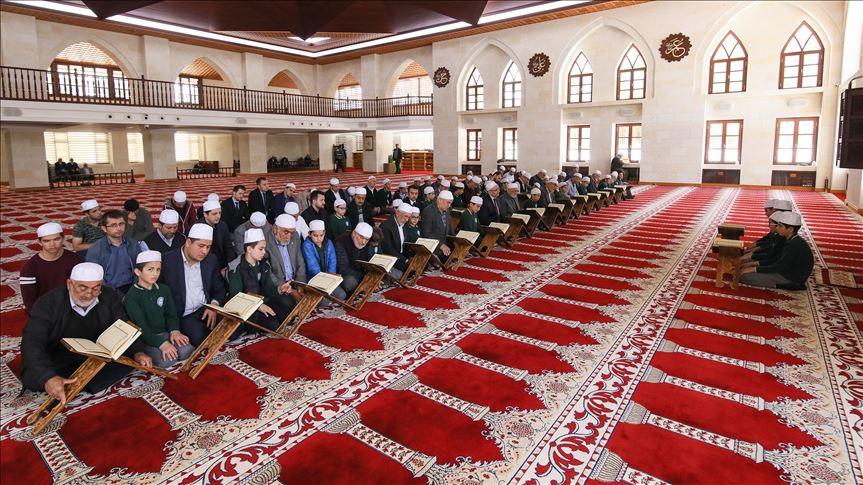 "Photo of تركيا.. تلاوة القرآن على طريقة ""المقابلة"" تضفي جوّا روحانيا"