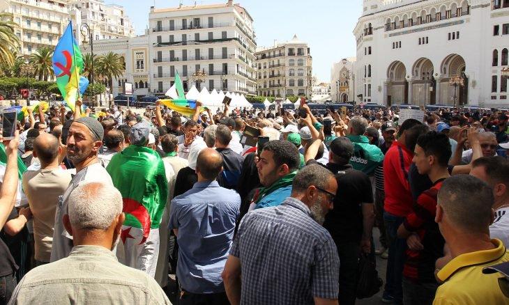 للجمعة الـ 18 .. الجزائريون يواصلون مظاهراتهم ويؤكدون تمسكهم بالوحدة وبتغيير النظام